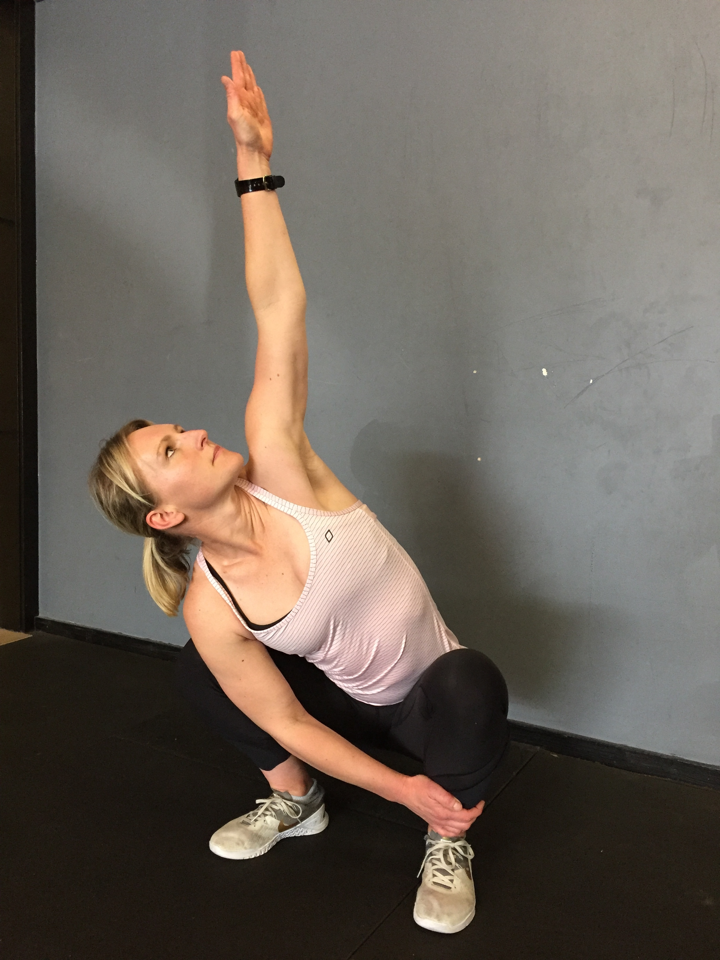 Straighten the elbow, hold for 3-5 seconds. Perform 3-5 sides on both sides, alternating.