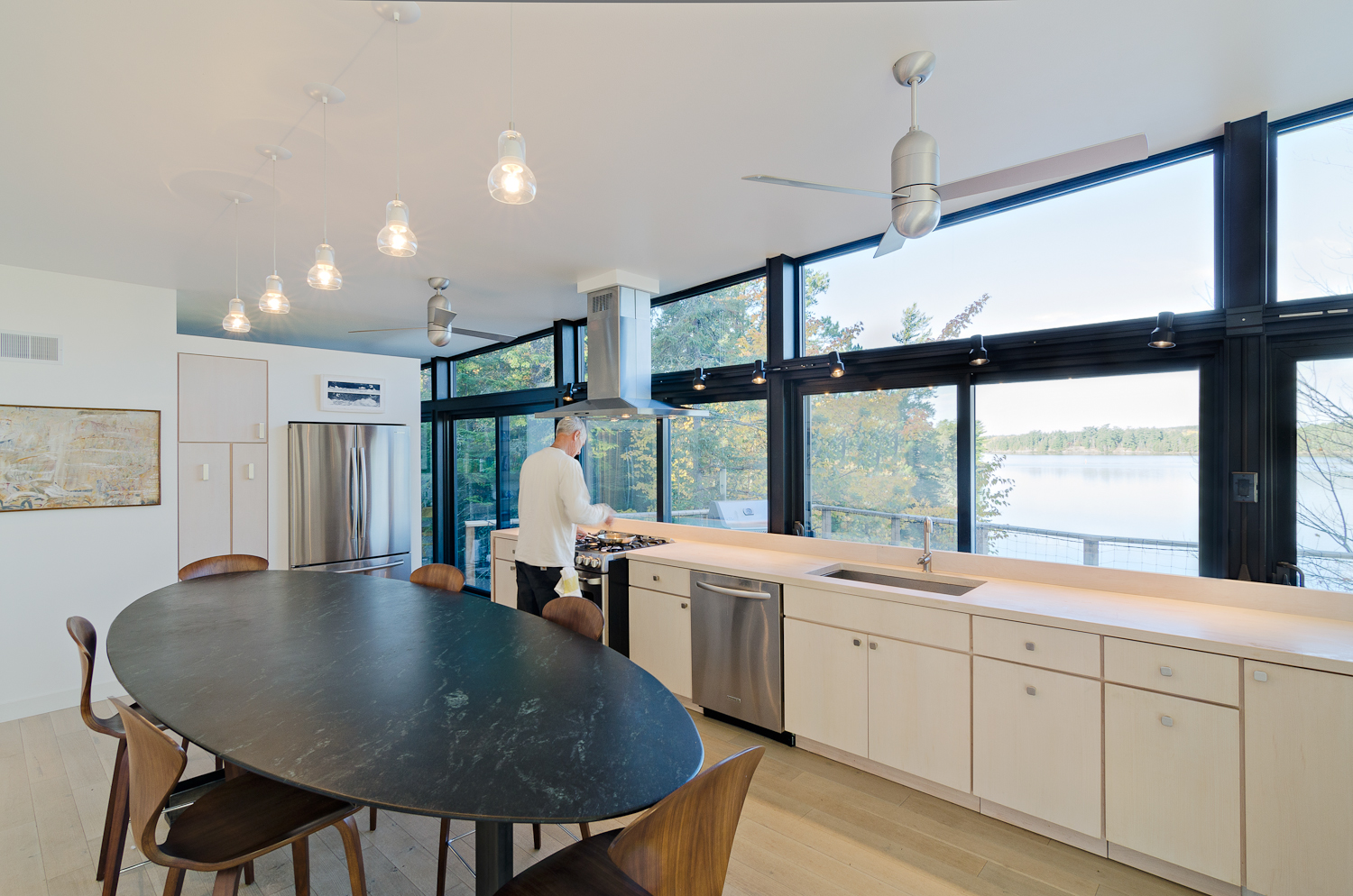 Floor-to-ceiling, full-length glass composes the lakeside façades of two prefabricated modules, so that each offers a distinct, expansive view of the lake and its islands.
