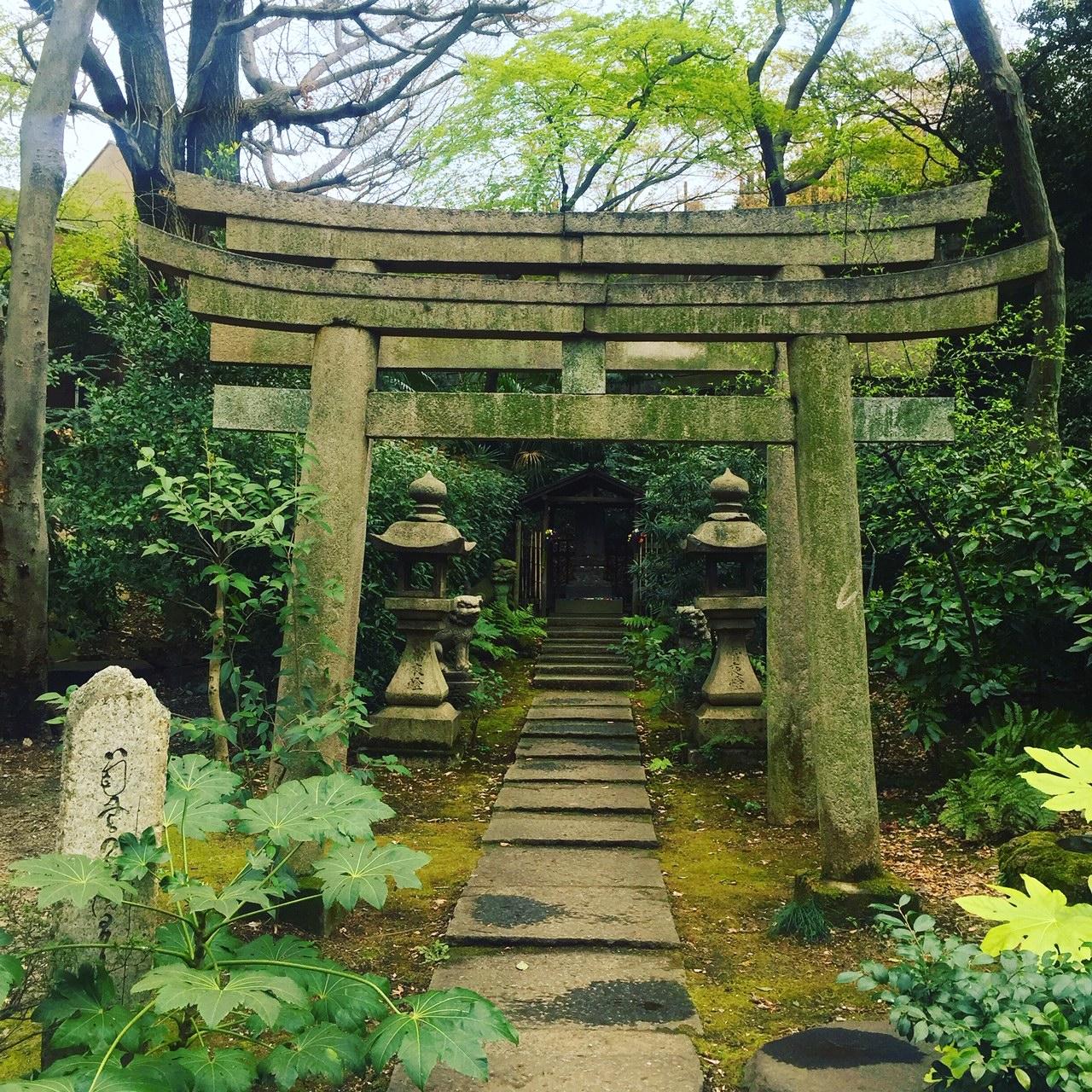 nezu museum buddhist shrine.JPG