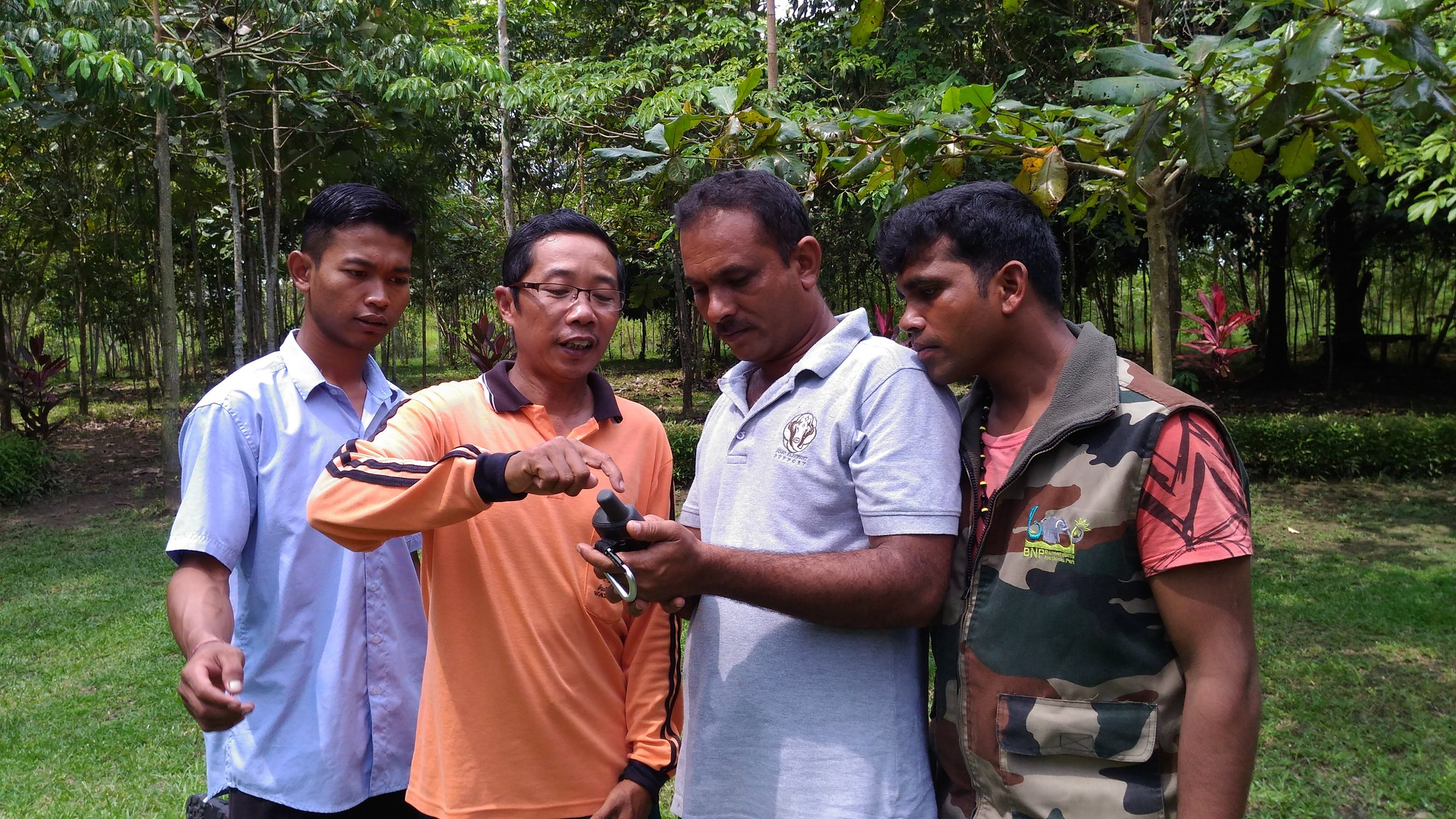 Two Karnataka mahouts (right) being instructed on the use of a GPS unit by two Indonesian mahouts (left)