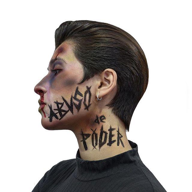 [ CHILE ]   [[ABUSO DE PODER ]] By @elbarberodani   Mensaje de @elbarberodani  ———————————————— Hoy en chile están sucediendo hechos lamentables estamos resolviendo las cosas de mala manera ,deberíamos ser mas inteligentes que ellos y buscar otras maneras de protestar creando más conciencia como por ejemplo creando un poco arte esta es mi forma de protestar ,nuestra forma de protestar  Hoy nos inspiramos con mi amigo @ipablopizarro que se lució con el maquillaje  Muchas gracias a toda la gente que apoya espero que les guste  #PROTESTACONARTE ——————————————————————- Espero que les guste  Pueden Compartir y dar like  Y no olvides dejar tu comentario ——————————————————————— . . . . . . .  #barberos_latinos #barberalmaty #barberoschilenos #guiadelbarbero #barberofhellsbottom #elbarbero #thegreatbritishbarberbash #thecoldestbarbers #barberchile #barberosdechile #barberoschile #barberoslatinos  #barber #barbershop #g #barbernation #barberstyle #barberhub #barbergame #barberpost #barbero #barbería #barberlifestyle #barberconnect