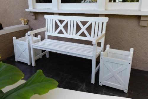 Hampton bench & planters.jpg