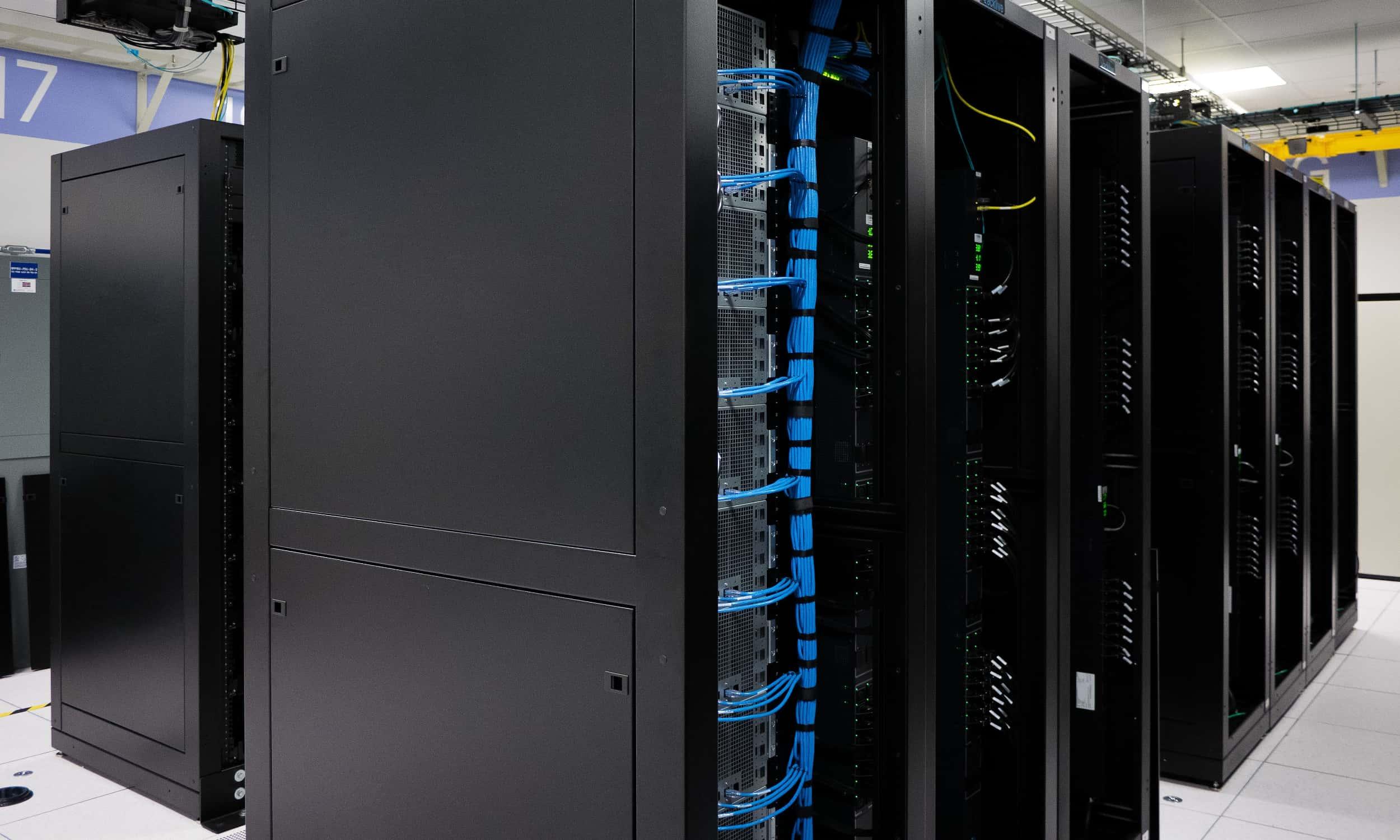Mehrere schwarze Server-Racks in einem Rechenzentrum