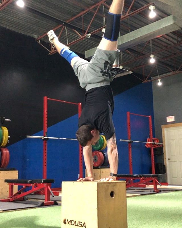 Back to back +30s holds. Nothing cool to look at here, I just want to showcase what stick-to-it-iveness is and why having 1 Goal at a time is best. Thinking you have a perfect plan of losing fat and building muscle / gaining strength while cutting down / focussing on your flexibility and long distance endurance. It seems possible, I always think I can create the perfect plan. But goals must come down to priority. You cannot prioritize two things at the same time.  The last couple of years I have focussed on 1 Goal at a time and had great results. I would love to start planning the building of skills or habits for others under this 1 Goal philosophy. The perfect recipe for each person whether it is a fitness skill, a habit or some sort of will power/mental skill. Just need some guinea pigs. #1goal #handbalance #handstand #willpower #buildinghumanmachines #guelphfitness