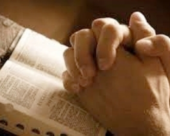 Oracion pic praying hands and bible.jpg