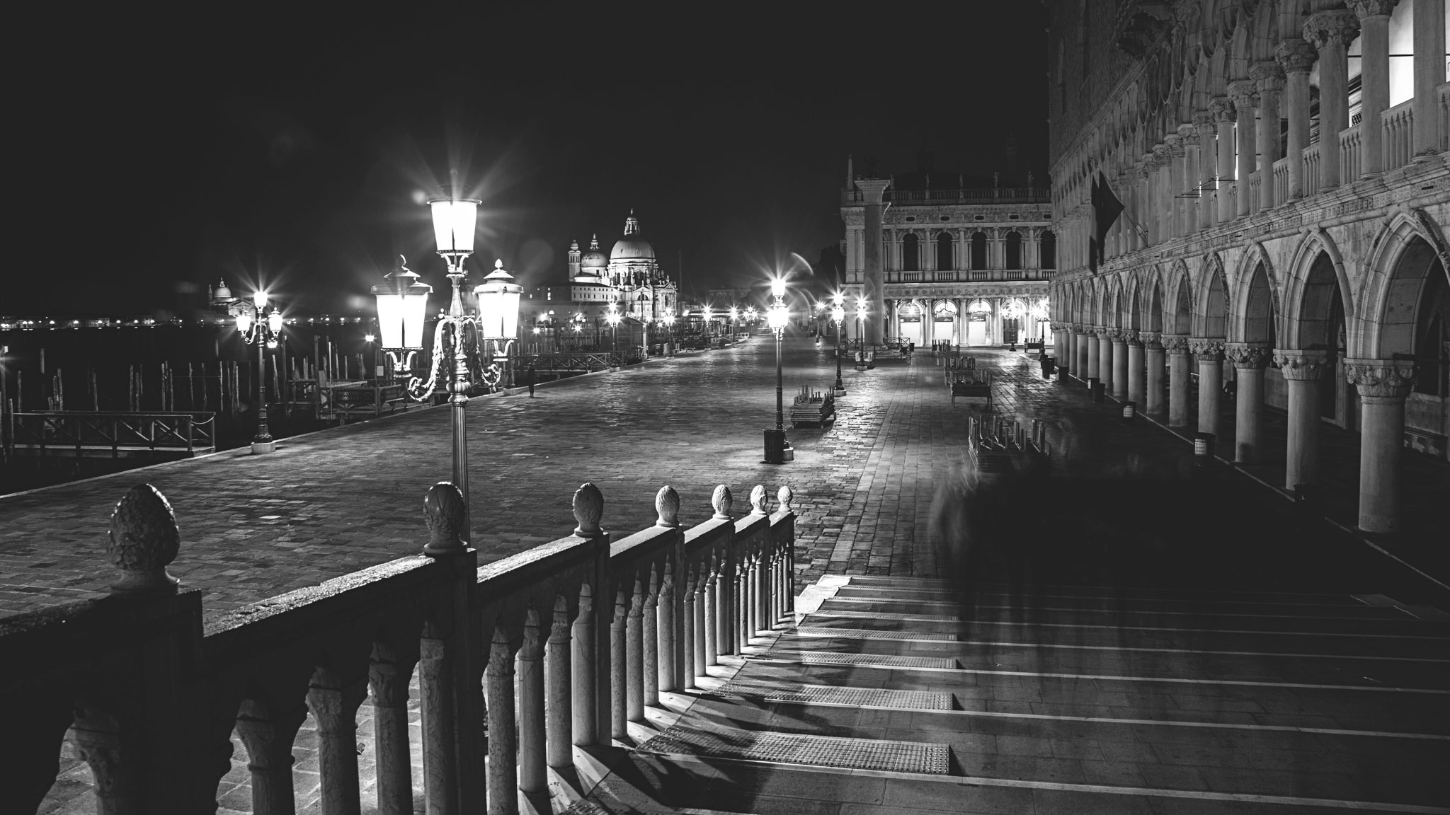 Outside the Doge's Palace - 6d - 24-105 f4 @ 24mm/f7.1/10 secs/iso 125