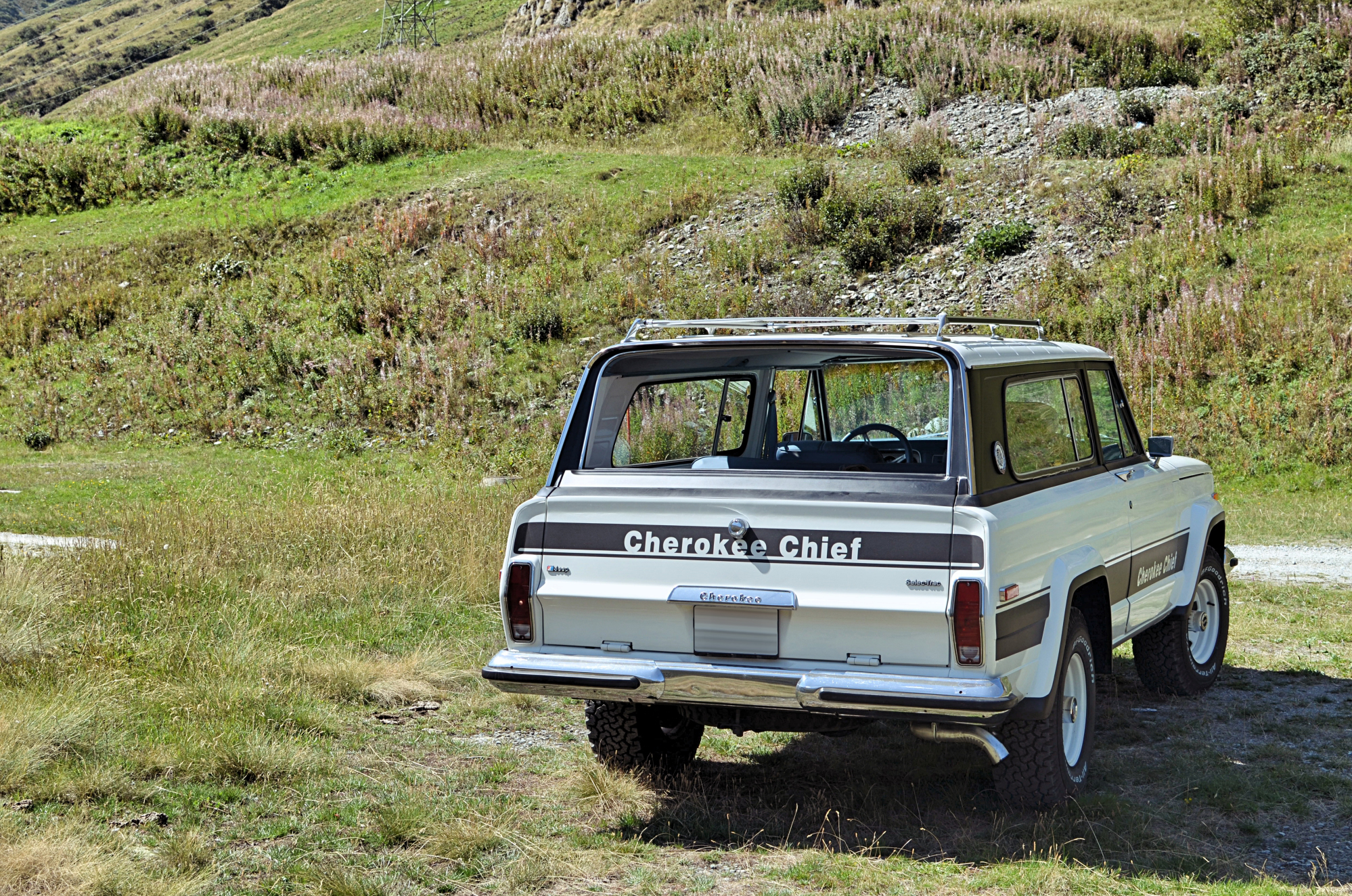 jeep-cherokee-in-the-mountain-swiss-2 - Copie.jpg