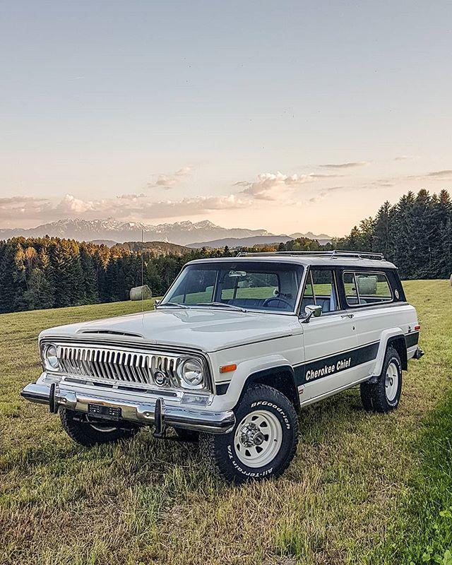 The legend into the grass. What do you think @morris4x4  #jeeptruck #jeepgladiator #jeepSpirit #jeepgirl #jeepgrandwagoneer #jeepcherokeeclassic #JeepWagoneer #jeepAdventure #switzerland🇨🇭 #jeepcherokeechief #JeepTrip #jeeplife #jeepporn #jeepfsj #jeepgrandcherokee #jeepjeep #jeepbeef #vintagetrucks #truckrestoration