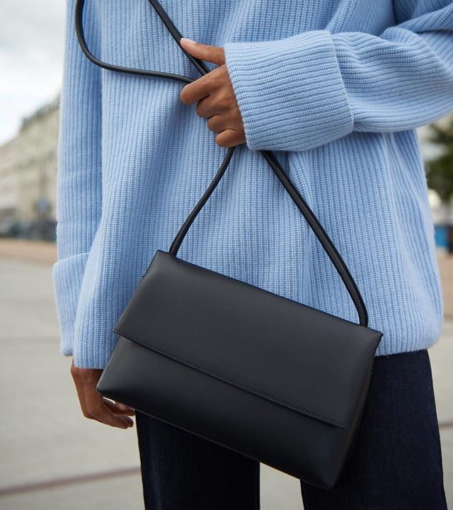 The classic fold-over bag, Ketty in black, vegetable tanned  Italien leather is back @yvonnekone ⠀⠀⠀⠀⠀⠀⠀⠀⠀ We just love it... ⠀⠀⠀⠀⠀⠀⠀⠀⠀ #yvonnekone