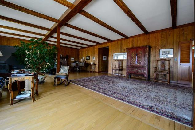 THE LIVING ROOM IN THE KABAKOV HOME WITH RUG AND OBJECTS FROM THE PAST OWNERS (JEFF BACHNER FOR NEW YORK DAILY NEWS)