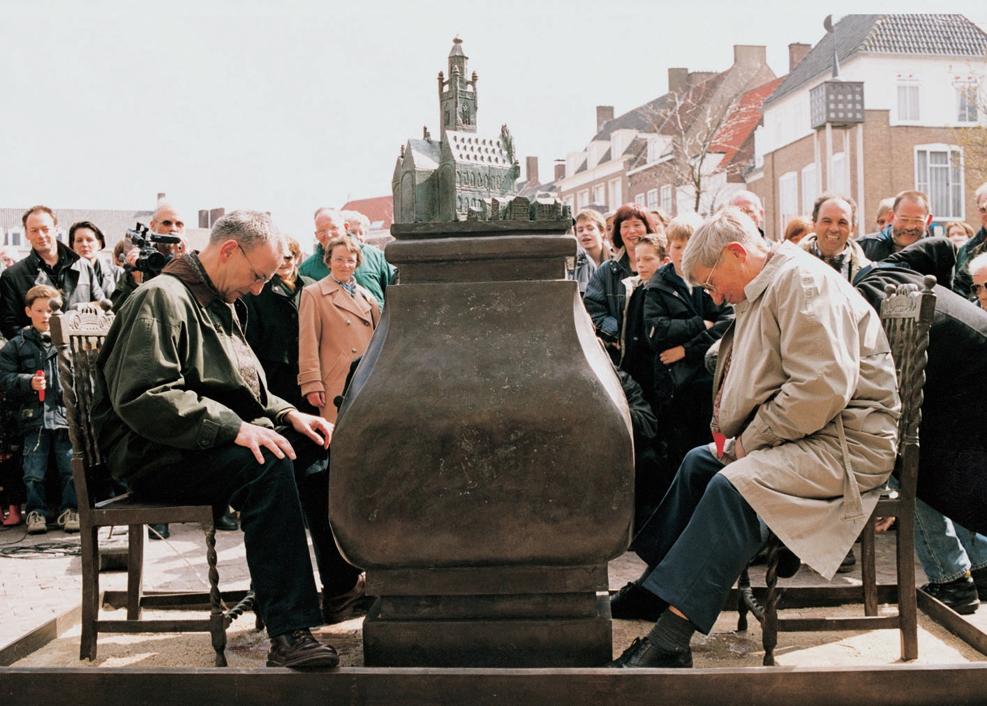 Installation-view.-Vernisage-in-front-of-the-Rathaus-Middleburg-2000-Photo-by-Kees-Brandenburg.jpg