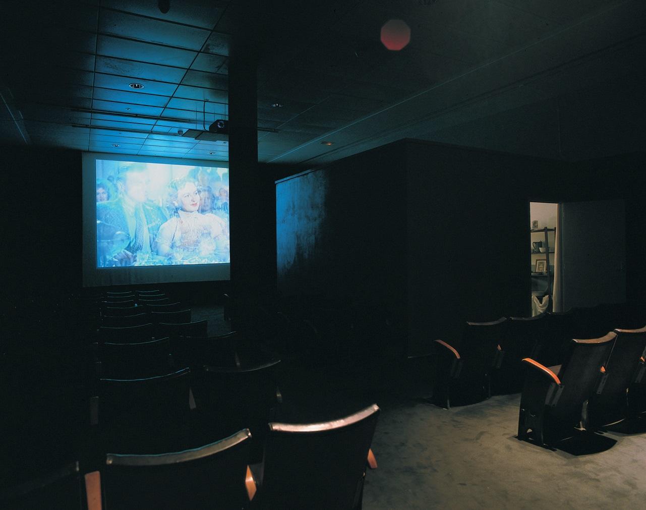View-of-installation-Galerie-Nationale-du-Jeu-de-Paume-Paris-2000-Photo-by-Dirk-Pauwels.jpg
