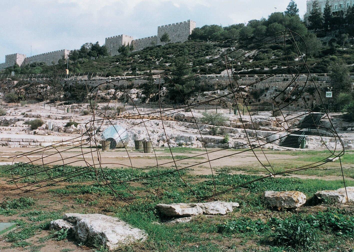 View-of-installation-Merrill-Hassenfeld-Amphitheater-Jerusalem-1999-Photo-by-International-Bie.jpg