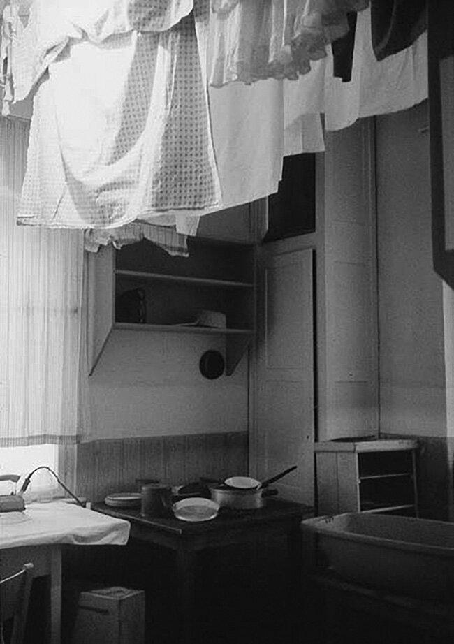 Communal-kitchen-coach-house-of-the-Herfurth-Villa-Lipsia-1996-Photo-by-Emilia-Kabakov.jpg
