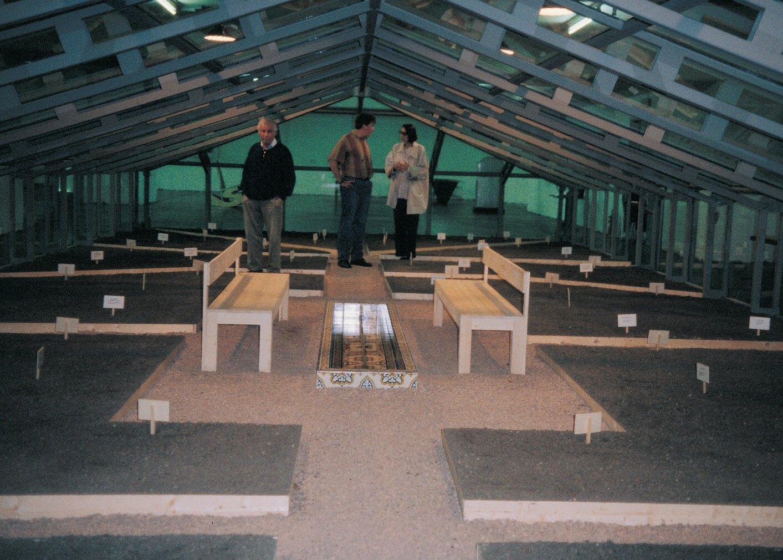 View-of-installation-Österreichisches-Museum-für-angewandte-Kunst-Vienna-1995-Photo-by-Emilia-Kabako.jpg