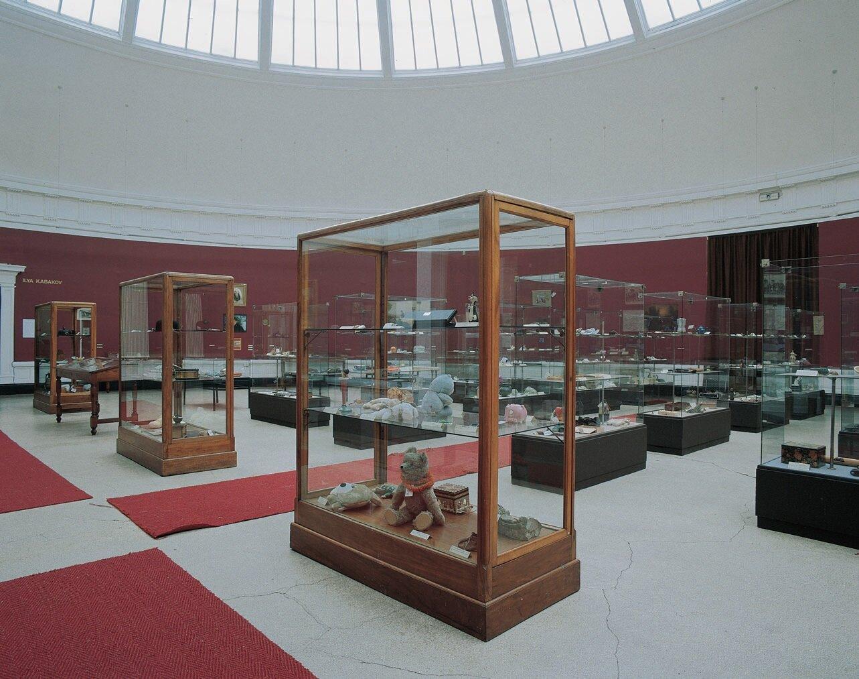 View-of-installation-in-the-domed-room-Museum-van-Hedendaagse-Kunst-Ghent-1993-Photo-by-Dirk- (1).jpg