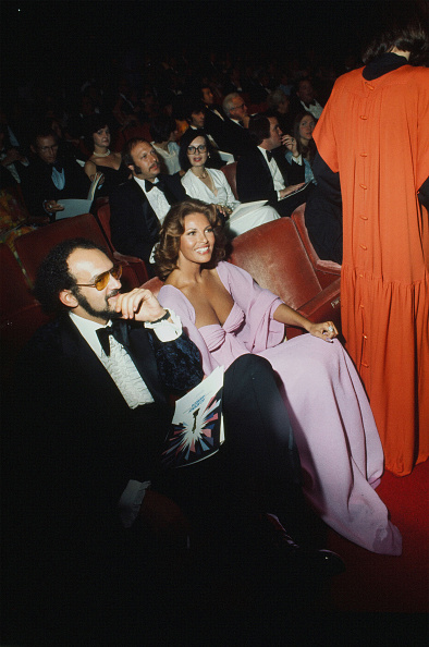 So clearly shown in the two previous images, the glamour of Raquel Welch and the chic of Glenda Jackson seated next to each other at the Academy Awards on April 8, 1975.