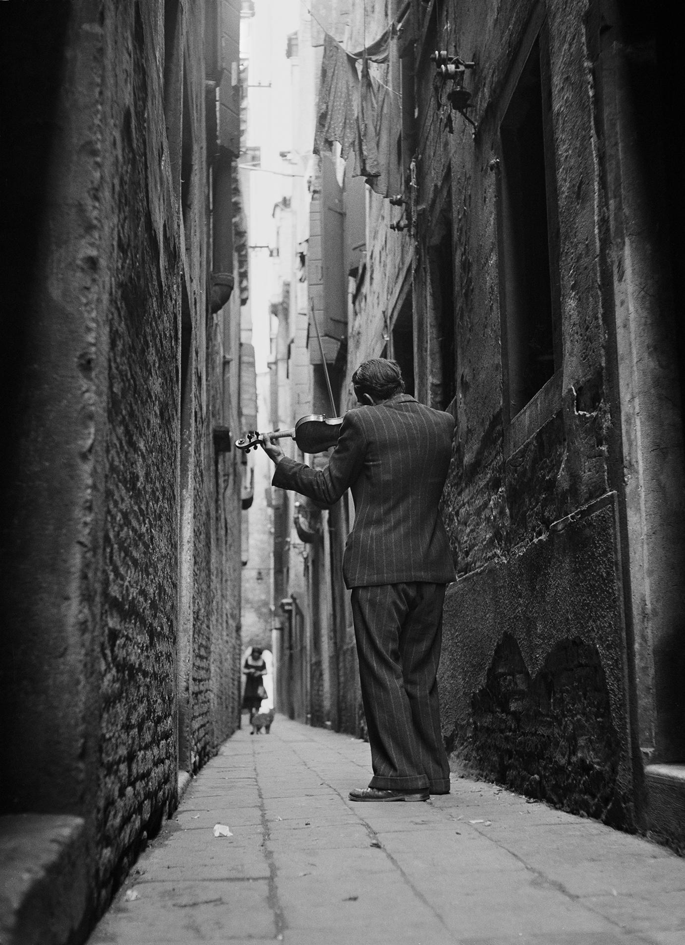 Tony Vaccaro, the violinist_Venice Italy, 1947.jpg