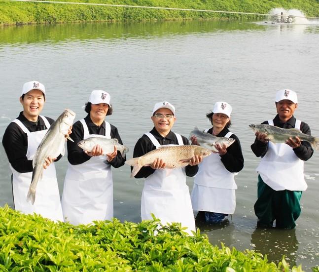 台灣好漁共同創辦人陳敬恆(左一)與漁民開心合影