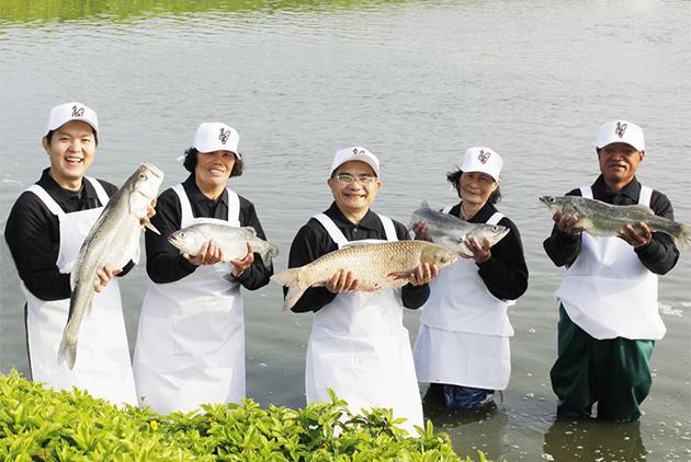 台灣好漁創辦人陳敬恆(左一)堅持以友善生態方式養魚,魚只肥美健康。  圖片來源: 台灣好漁提供