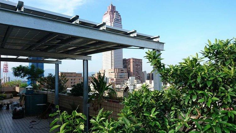 博仲法律事務所屋頂安裝的太陽能板