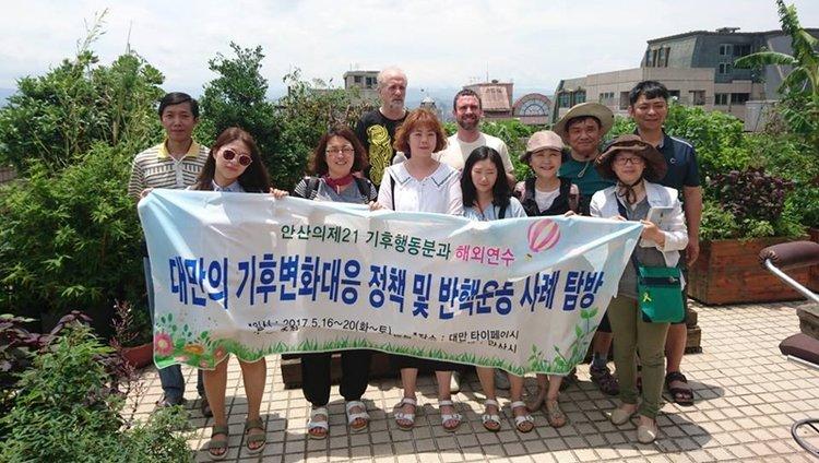開訪參觀,是為了推動綠辦概念。圖為來自韓國環保團體的拜訪,第二排中著黑T恤者為博仲創辦人文魯彬,旁為博仲公關James。