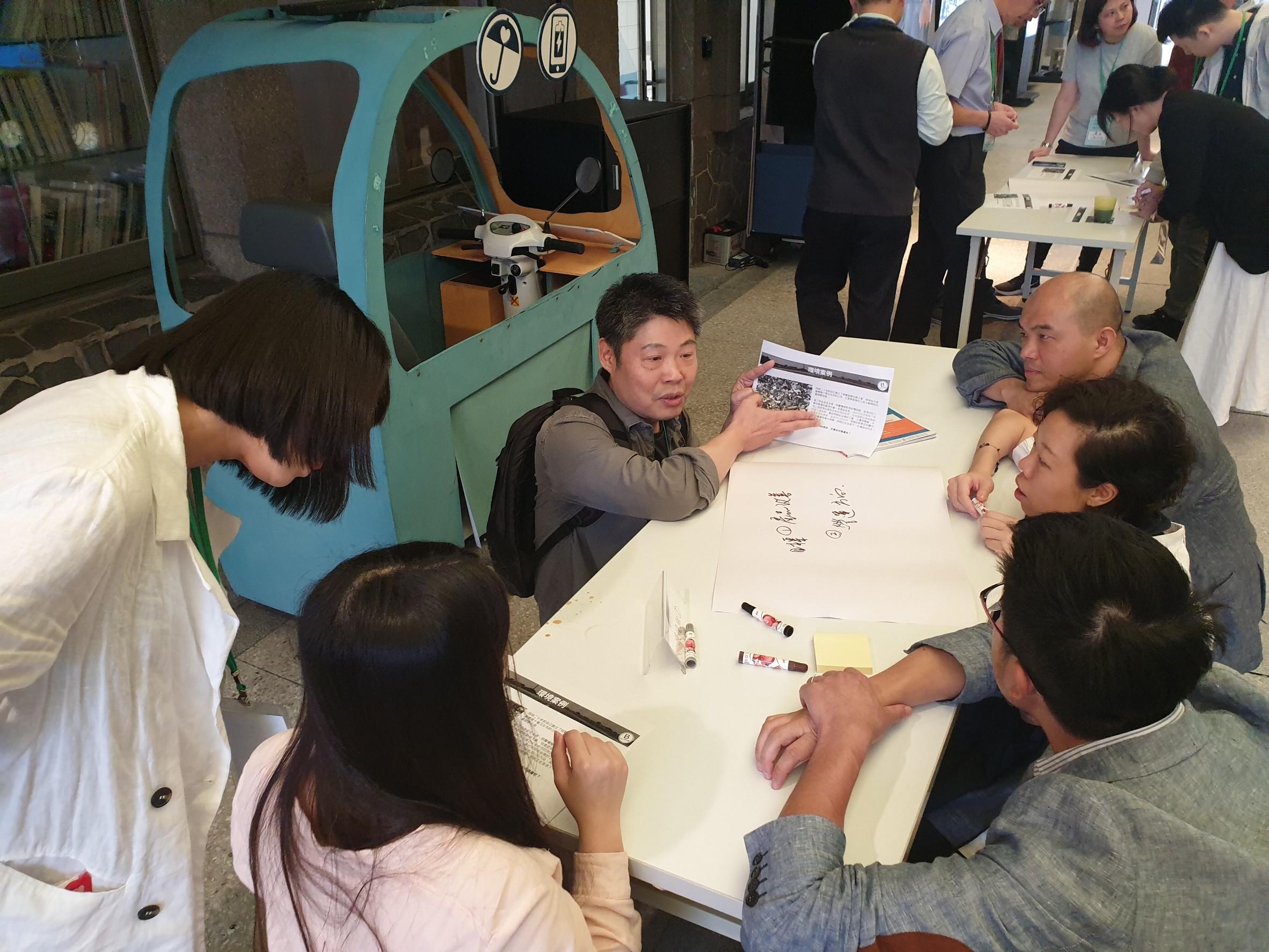 圖說:分組案例討論競賽,蹲著討論更有創造力!