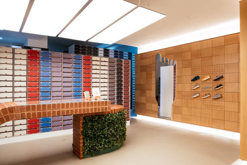 Allbirds 芝加哥的實體店面,將鞋盒從倉庫解放重見日光不僅成為店內裝飾,更重要的幫助銷售店員快速的協助客戶試鞋,增加客戶體驗。Photo credit : Allbirds 臉書