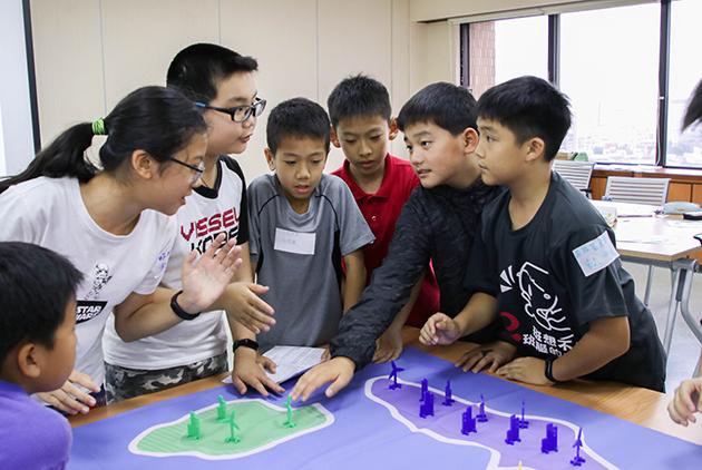 孩子們認真協商,找出應對氣候變遷的整體發電對策。
