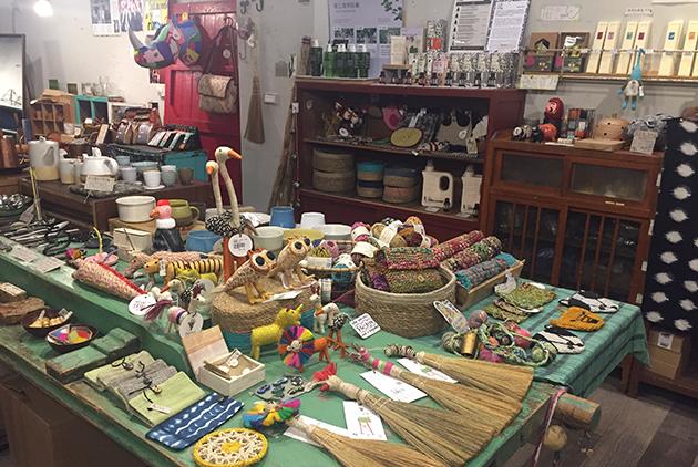 滿滿的特色家飾品,都是繭裹子與海外生產者共同生產的獨特商品。圖片來源/王穎芝
