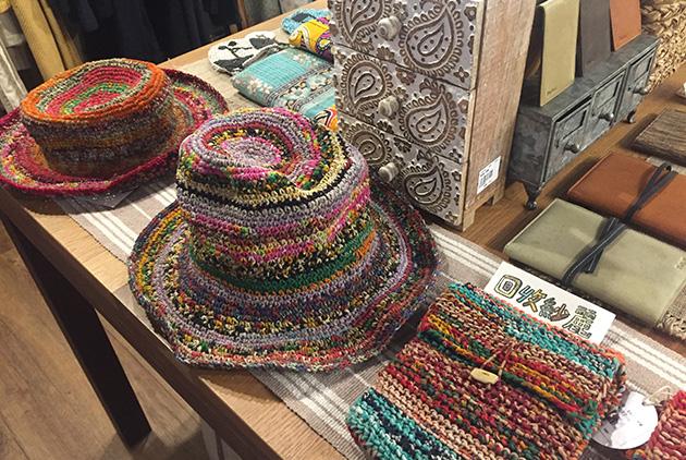 繭裹子使用天然原料,也用廢棄材料再製成商品,圖為紗麗碎布織成的帽子和包包。 圖片來源/王穎芝
