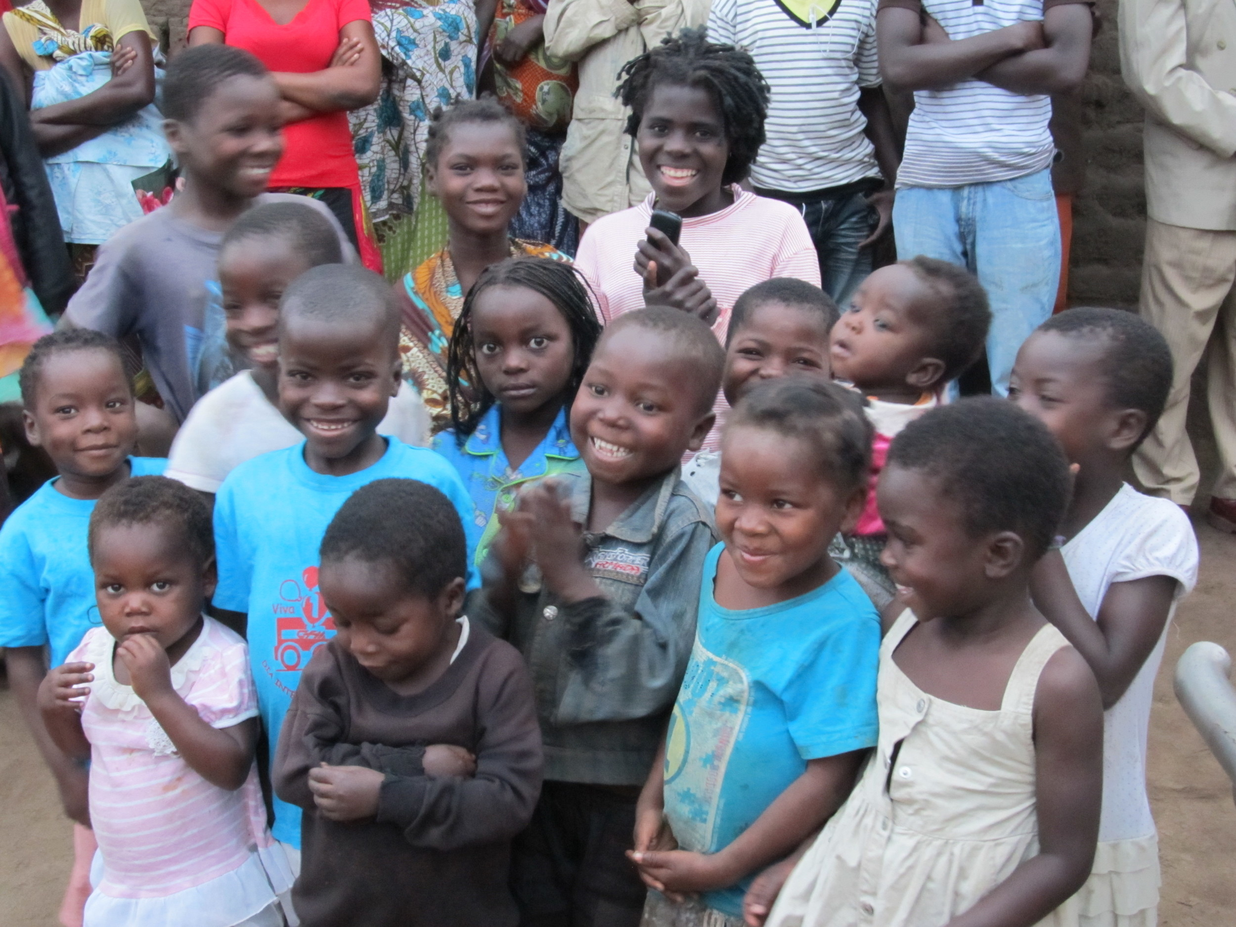 MOZAMBIQUE - Lot of smiling kids.JPG