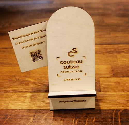 Support de téléphone en contre plaqué de peuplier découpé et gravé au laser; Un message teaser avec un QR code au dos