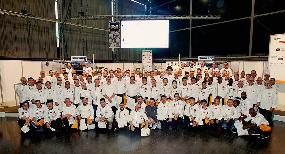 Petit défi final : placer tous ces hommes (et quelques femmes) dans un espace étroit, 80 personnes au mondial du pain