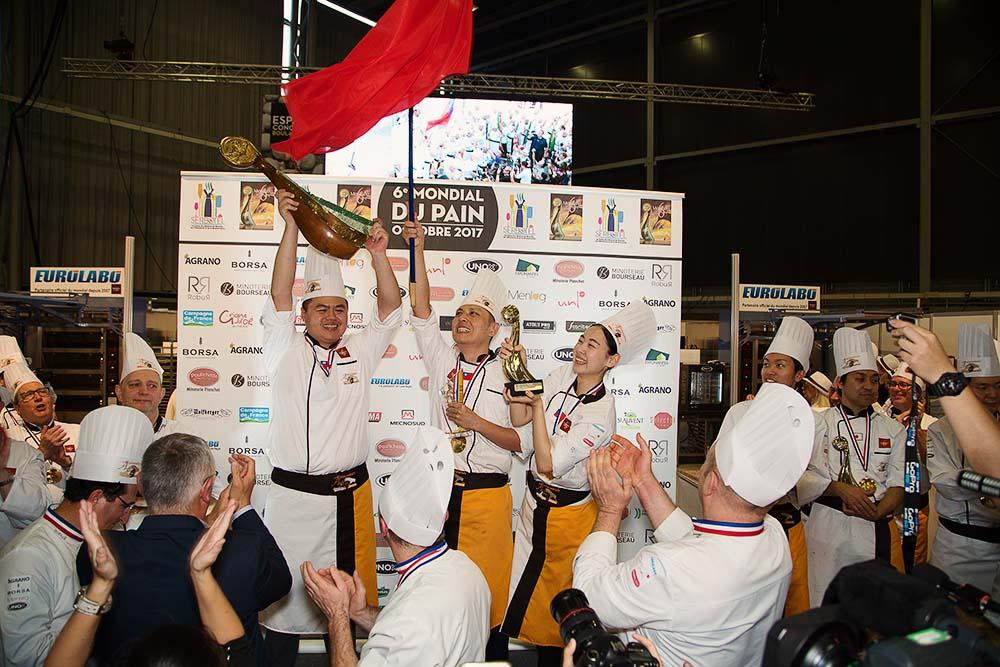 C'est les Philippines qui ont gagné le grand prix du mondial du pain, entre autres prix, et ils ne cachaient pas leurs émotions !