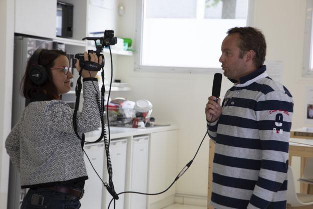 les micro trottoirs, ressentis de personnes à la volée, nécessitent un travail de recherche sur ce qu'on demande précisément aux interviewés; Ici enregistrés avec une caméra de poing et un micro directionnel pour pouvoir enregistrer un maximum de personnes rapidement avec un son très net même en événementiel.