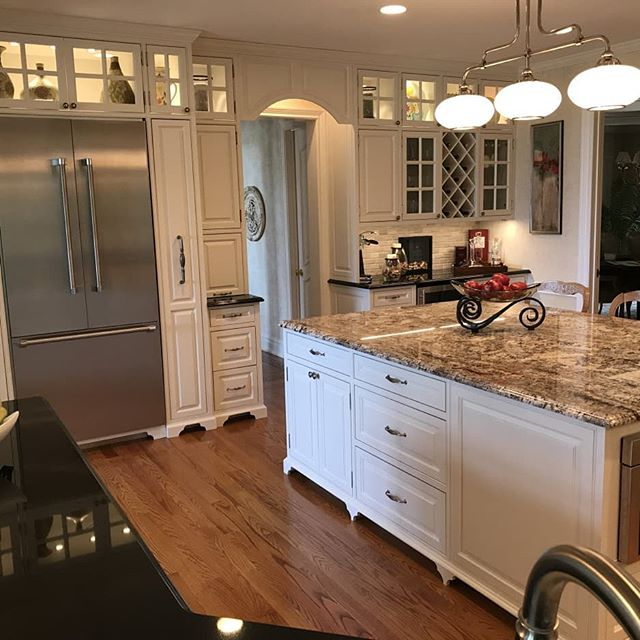 Kitchen design by Peter Charles - clean and classic.  Check out our website for more custom kitchen designs. 👉 Link in bio!