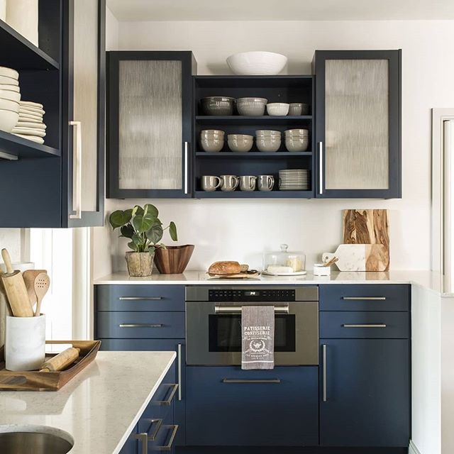 Navy is a unique yet sophisticated choice for kitchen cabinets. What's your ideal kitchen cabinet shade?  Via @deringhall