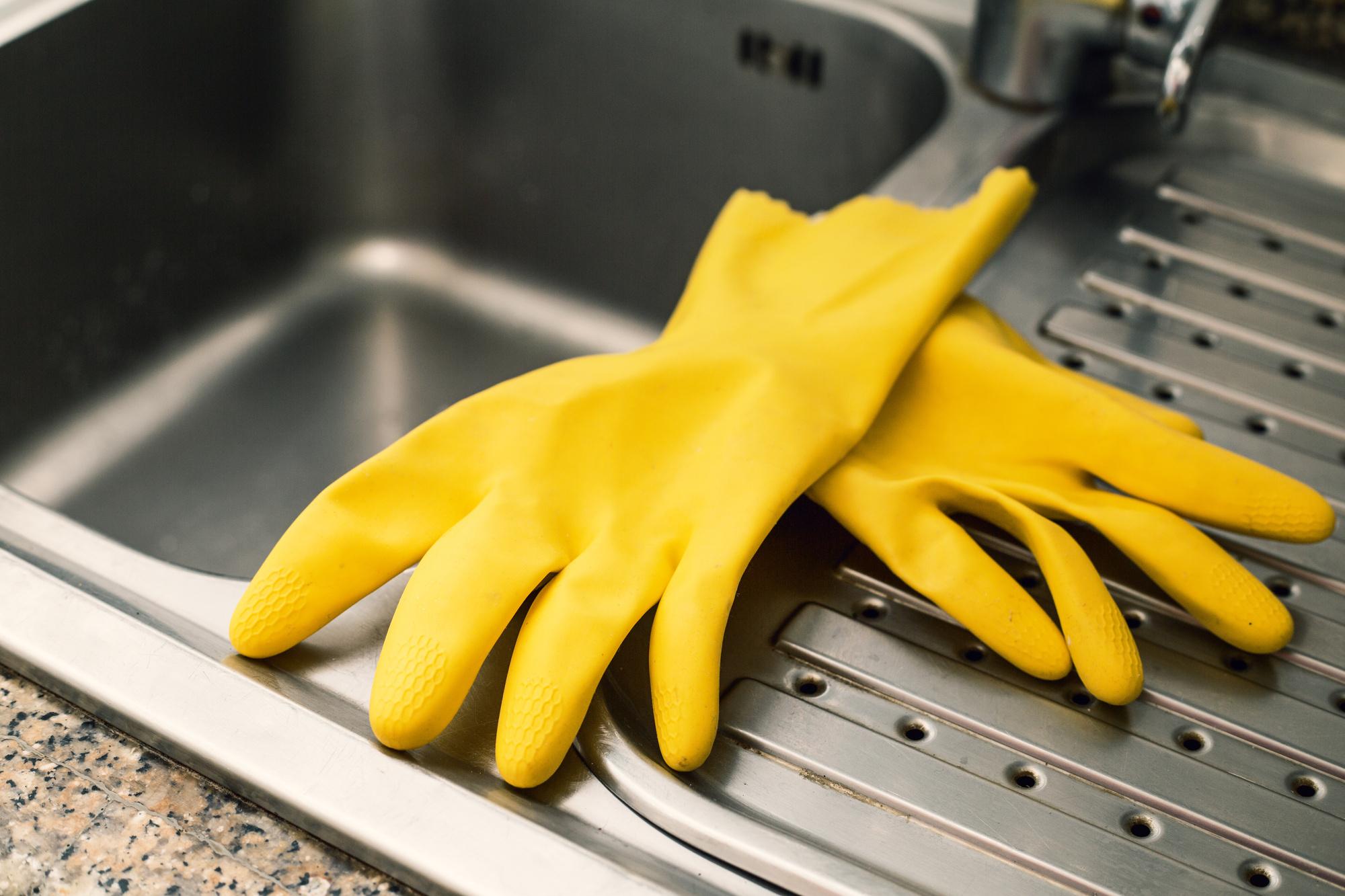 guanti gialli lava piatti lavandino cucina ristorante