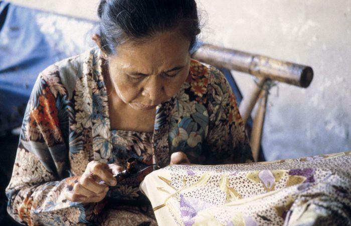 COLLECTIE_TROPENMUSEUM_Vrouw_aan_het_werk_in_het_batik-atelier_Masina_TMnr_20017982.jpg