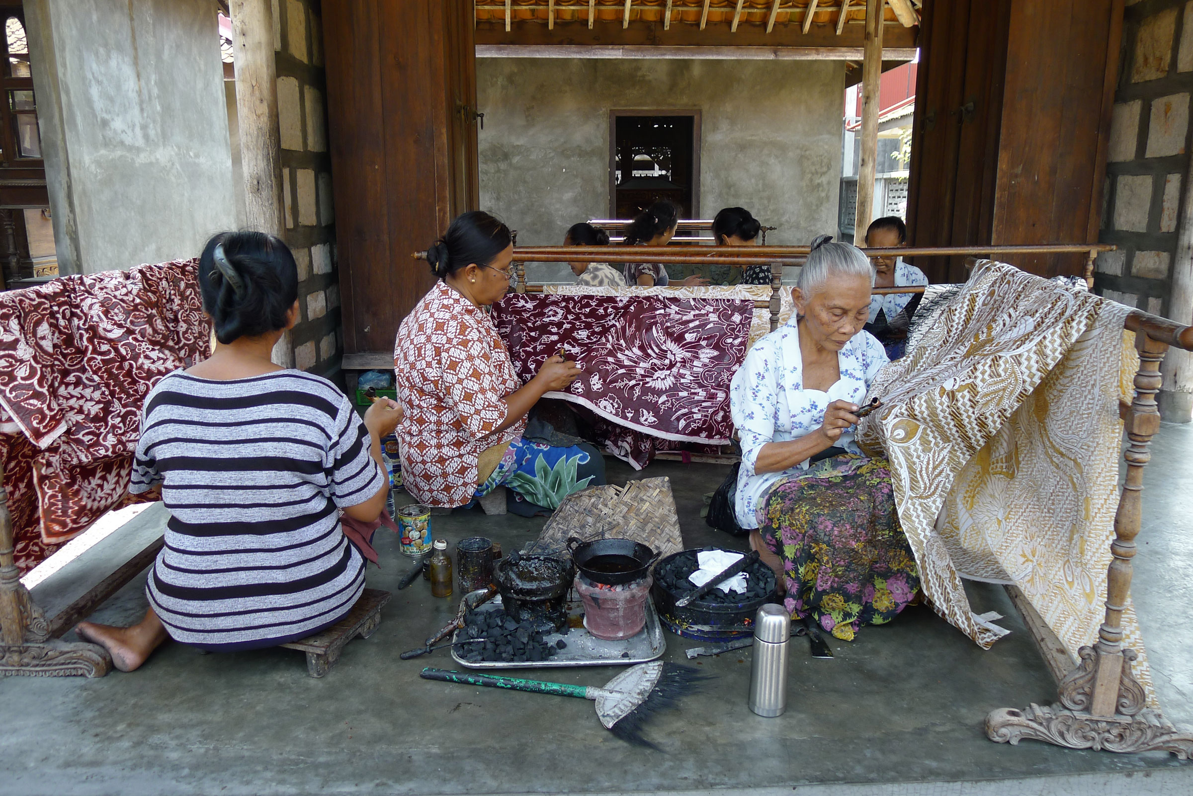 Women_Making_Batik,_Ketelan.jpg