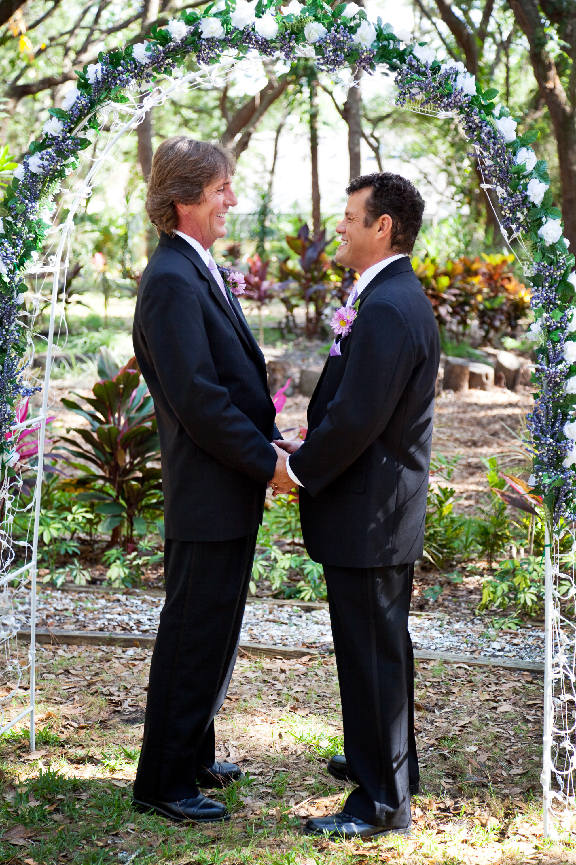 Heartlandweddings-Kansas- LGBT-gay-marriage-under-the-floral-arch-l.jpg