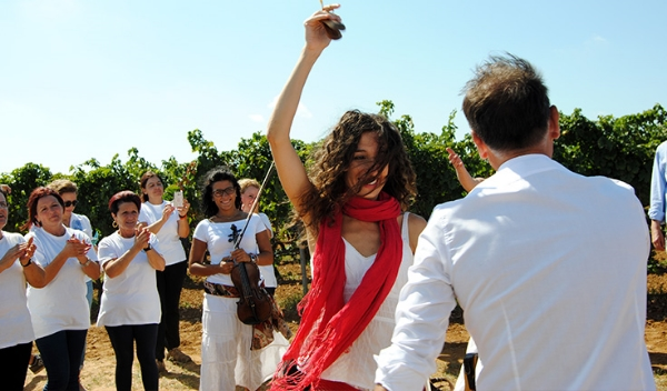 Italian women celebrating the wine harvest -Photo credit:http://www.swide.com/food-travel/a-weekend-in-puglia-between-food-wine-and-tradition/2015/09/26