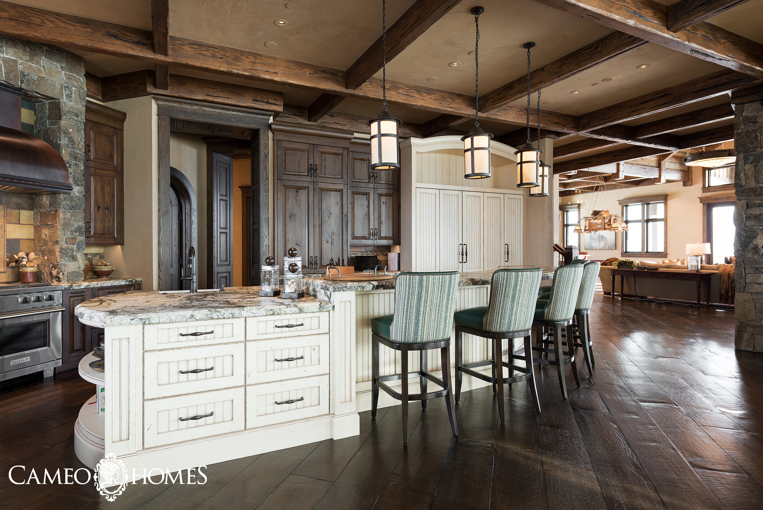 Mountain Rustic Kitchen by Cameo Homes Inc.