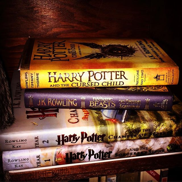 Filling my legacy bookshelf with the good stuff (which includes the cat of course!) #thebookcarousel #bookcase #harrypotter #jkrowling #harrypotterandthecursedchild #harrypotterandthechamberofsecretsillustratededition #harrypotterandthesorcerersstoneillustratededition #fantasticbeastsandwheretofindthem