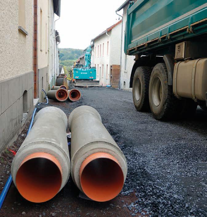 Bei der Verlegung der Fabekun-Kanalrohre und -Schächte in der nur 7 m breiten Walter-Liebig-Straße ist Maßarbeit gefragt.