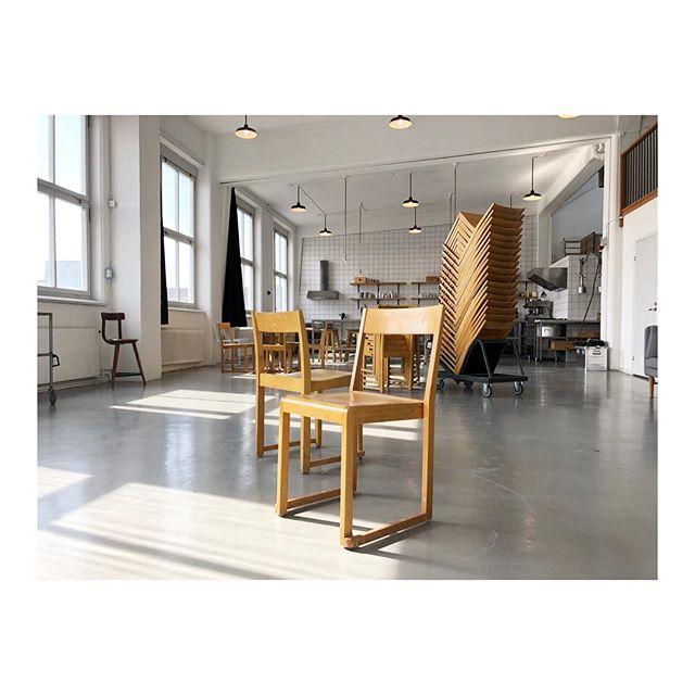 Hurra! Nu har Hyrstudion fått tag i vad vi tycker är världens snyggaste stapelbara stol. Den ritades 1931 av Sven Markelius för Helsingborgs konserthus. Så nu kan ni sitta vackert när ni har filmproduktioner, matlagningskurser eller konferenser i Hyrstudion! #hyrstudion