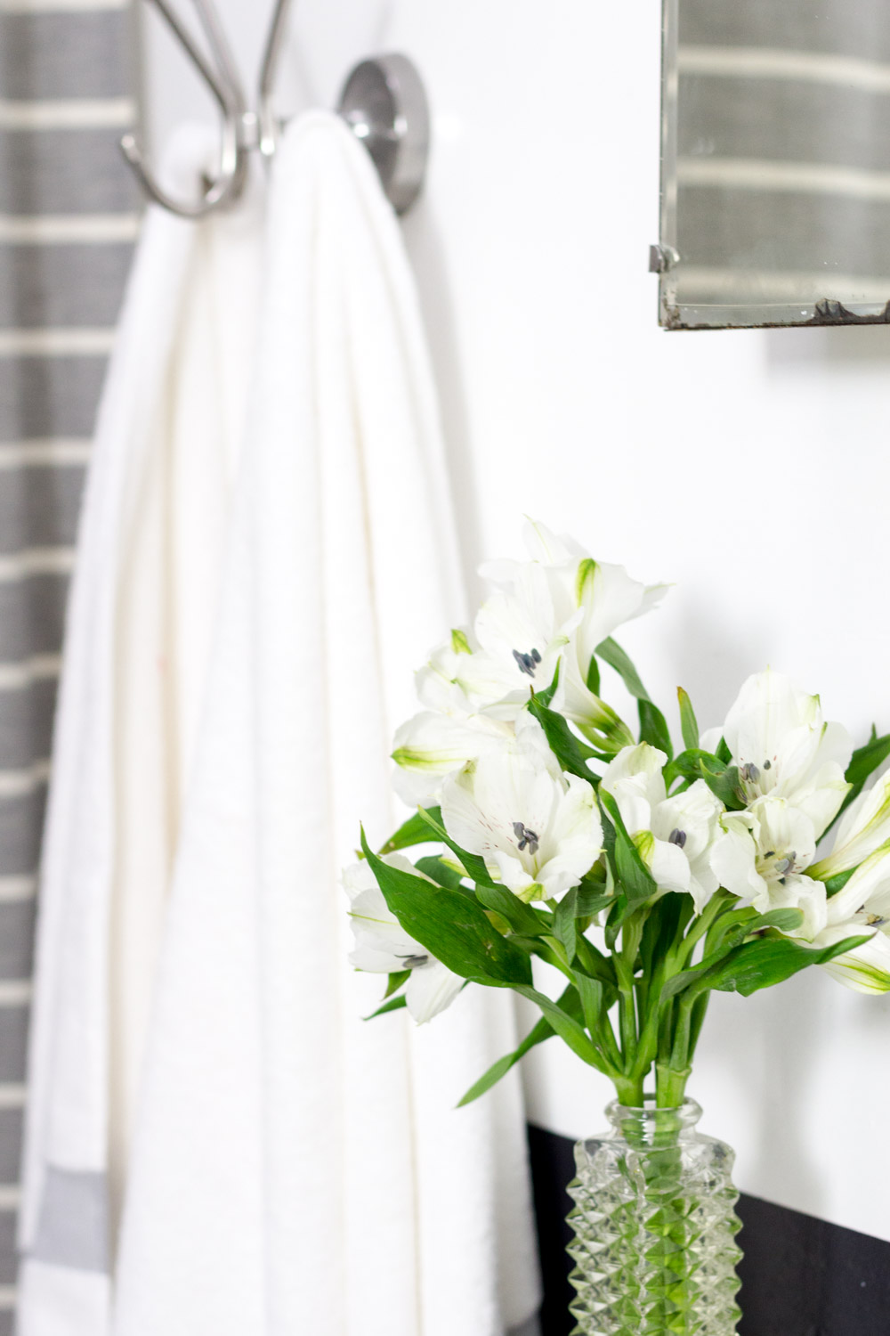 Black and white bathroom with flowers