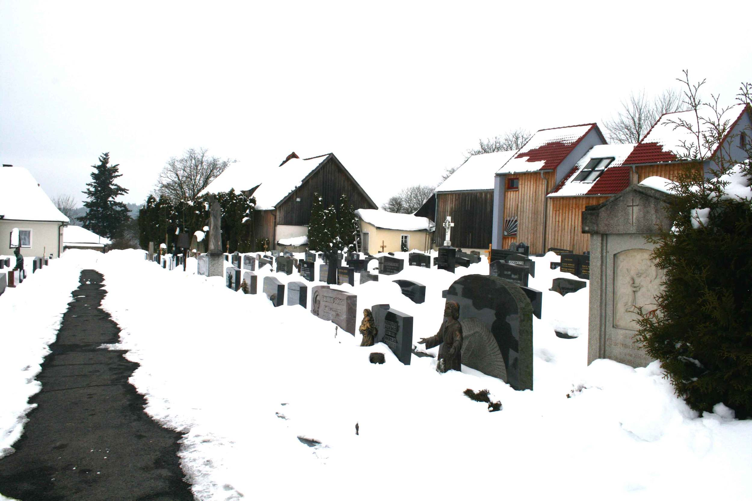 Image©Author, graveyard in Konnersreuth where the bodies of Saint Therese Neumann and her family as well as the priests in the church of Konnersreuth are buried.