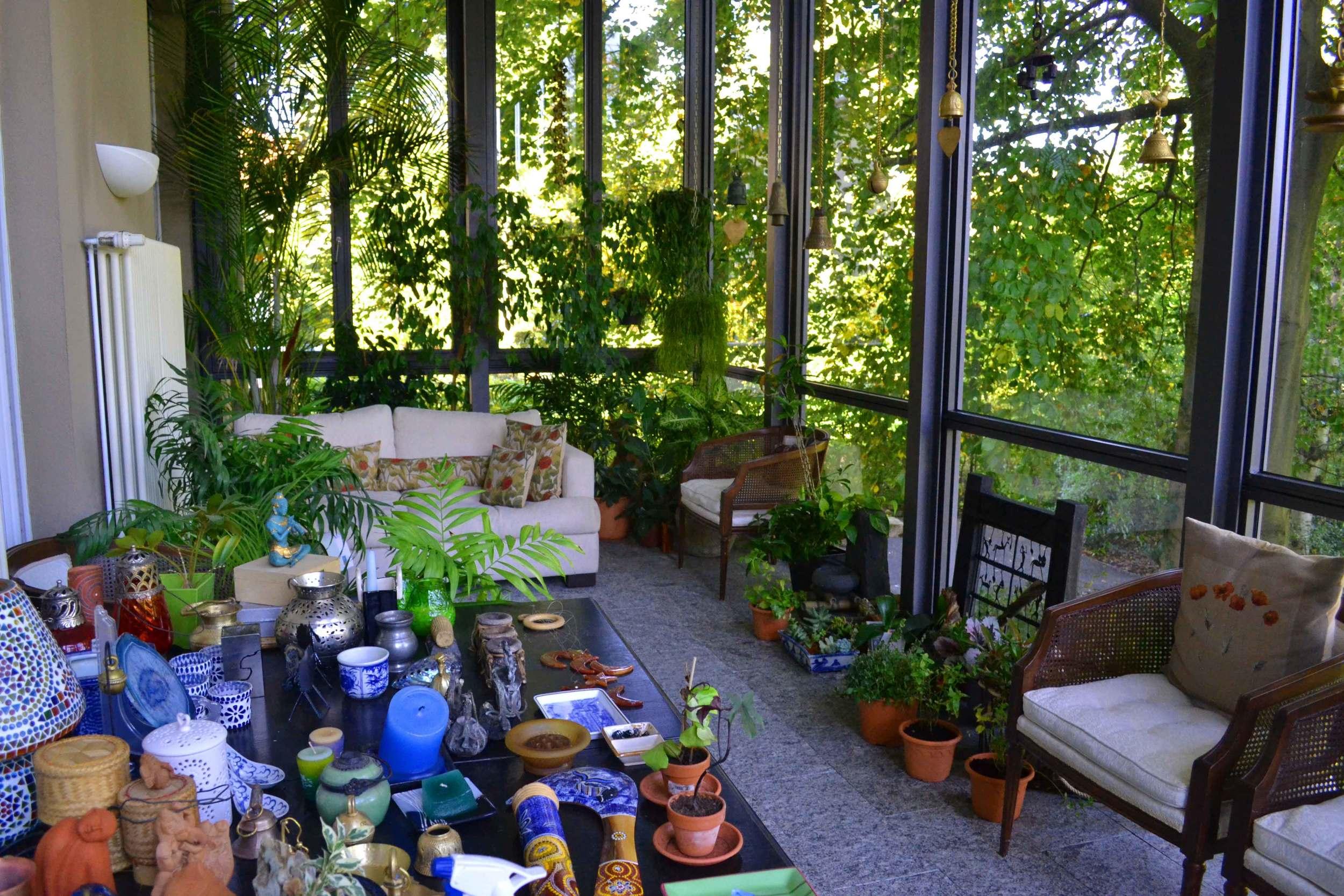 I wonder how it is to sit in this glass walled verandah when it snows! Image©gunjanvirk